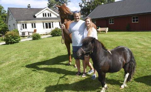 Glad I hester: Sondre Stormo og Madeleine Grimsland har fått to hester på gården. Den store hoppa låner Madeleine av en venninne, mens den lille ponnien er deres. Han er kjøpt i år, og fått navnet Emil.Foto: Øystein K. Darbo