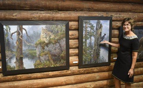 Dyremotiver: Jan Petter Bratsberg stiller ut malerierer med natur- og dyremotiver på høstutstillingen til Hillestadgalleriet. Barbro Hillestad likte veldig godt denne svartspetten. Tre kunstnere er med på utstillingen som vil vare i to måneder.Foto: Øystein K. Darbo