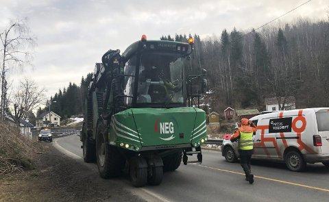 Aktivitet langs veien: Sjåfører langs veien er svært positive til at det ryddes langs fylkesveiene. Foto: Anne Dehli