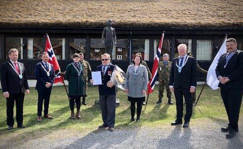 ÆRESPRIS: Kristian Bergsund omkranset av regionrådet i Valdres, som har tildelt en ærespris av de sjeldne.