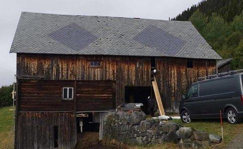 RESTAURERING: Den gamle låven på Litunet i Øystre Slidre blir teken godt vare på om dagen. Taket er tekt med grønn Valdresskifer, medan dei to rombene er gjort i blå skifer.