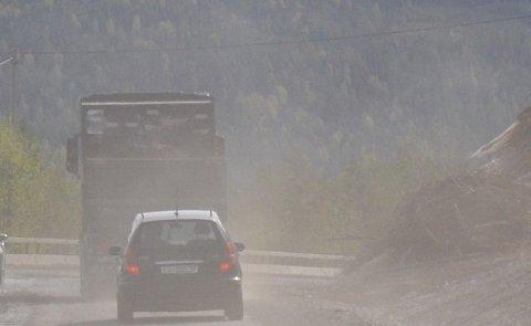 Støvplage: Dette er eit illustrasjonsfoto, men det er strekninga frå fylkesveg 51 og innover Vinstervegen til fjelltaket til Beitostølen Maskin og Transport AS, at støvplaga er stor.