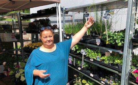 TORGHANDELVEDBUNNPRIS: Blomsterhandler Heidi Vassvik viser fram en asparges, en av de relativt få nytteplantene hun har i sortimentet.