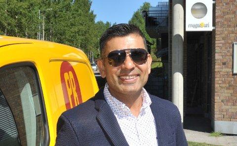 SELGERKJAPPMAT:Raj Kumar har fått pizzaen til å rulle for det vesle pizzabakeriet i Hagan atrium.