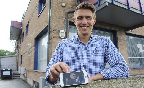 NYSIGNERING: I 2015 inviterte Marius Røed Wang fotballmanager Alex Ferguson til et norgesbesøk. Nå har han og de andre ansatte i Oslo Business Forum signert en avtale med teknologidirektør i Amazon, Werner Vogels. 4. april kommer direktøren i teknologigiganten til Hellerudsletta.