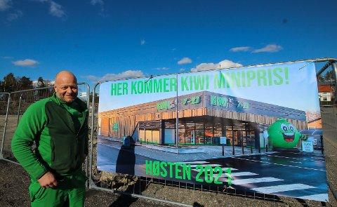 GLEDER SEG: Kjøpmann Tore Pinderud gleder seg til å åpne Kiwi-butikk på Augerød. - Folk her fortjener en lavprisbutikk, sier han.