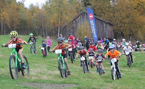 Fantastisk sykkelglede i Fådalen: 40 barn i full fart over jordet på gården Smedhaugen.