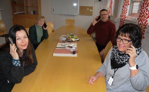 STØTTETELEFONER; Terapeut  Silje Kirsebom i Psykisk helsetjeneste i Tynset (foran til venstre)  og leder Ragni Hole i PPT-tjenesten i Nord-Østerdal sitter klare ved  telefonene. Bak: psykiatrisk sykepleier Anita Rekstad  i Psykisk helsetjeneste og nestleder Oddbjørn Flatgård i PPT-tjenesten.