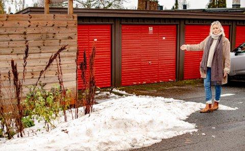 HER DUMPES SNØEN: Ellen Østby bor i Grusveien i Ås. Noen dumper snø foran garasjen hennes i Parallellen.