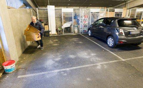 OPPGITT: Styreleder Harald Helgeland i Bregnefaret sameie venter utålmodig på at boligprosjektet skal få ferdigattest.  - Folk er veldig fornøyd med å bo her, men jeg mener det har tatt altfor lang tid å finne løsning på HC-plassene.