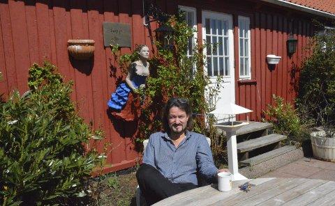 STRÅLENDE FORNØYD: Dag Eikeland mener det er omtrent som trebåtfestivalen hver dag på grunn av det gode været. Foto: Mari Nymoen