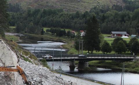 FØRSTE DEL: På østsiden av Sira, ovenfor broen er det de første 350 meter med flomsikring skal bygges.