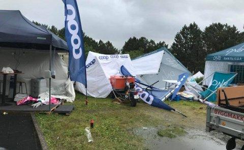 Flere telt blåste over ende søndag morgen.