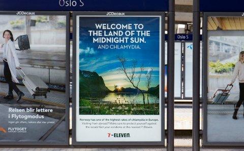 Kioskkjeden 7-Eleven ønsker reisende velkommen til Oslo S med sine nye reklameplakater som inneholder Norgesreklame og info om klamydiabeskyttelse. Foto: Fredrik Hagen / NTB scanpix