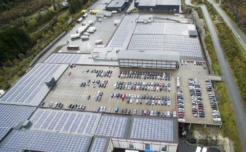 ASKO Vest AS har montert 7546 solcellepaneler på taket av bygget i Arna. Anlegget produserer 1,2 gigawattimer i året, noe som dekker 17–18 prosent av byggets totale energiforbruk. FOTO: MAGNE TURØY