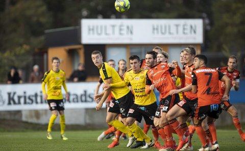 Jesper Löfgren (fremst i gult midt i bildet) har aldri spilt høyere enn svensk 2. divisjon. 21-åringen innrømmer at han ble overrasket da Brann kom til Mjällby for å signere ham. – Jeg aner egentlig ikke hvordan det skjedde.