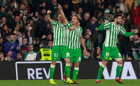 Betis og Canales (midten) jubler sammen med Joaquin Sanches etter å ha scoret mot Real Madrid hjemme i Sevilla. I dag tror vi de får mer å feire når de møter Valencia i cupen. (AP Photo/Miguel Morenatti)