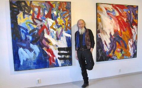 Farger: Dag Thorkildsen har 45 år bak seg som kunstner. Nå stiller ha ut på lille Vedholmen Galleri på Sundøya i Os. – Jeg føler at bildene forklarer hverandre, slik at det blir en helhetlig fortelling, sier han. Throkildsen selv var rørt da han takket de 70 fremmøtte til åpningen sist lørdag.FOTO: PRIVAT