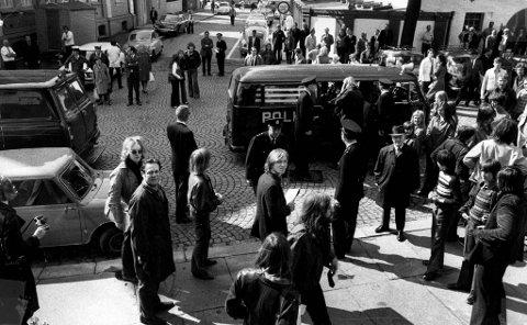 Slik så situasjonen ut på Rådstuplass mandag 15. mai 1972, da 150 unge demonstranter ble kastet ut fra ordfører Ole Myrvolls kontor. Mange ble arrestert. Nærmest kamera til høyre står BAs journalist, Truls Synnestvedt.