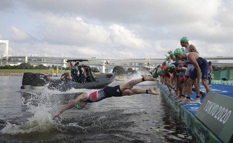 En av kamerabåtene lå rett foran feltet da startskuddet plutselig gikk, og flere triatlon-utøvere kastet seg i vannet.