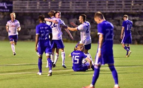 Bergen Nords Levi-Rene Landaas gratuleres med 3-1-målet av Dennis Møller Wolfe (22) og  Mohaned Al-Abdi, mens Tertnes-spillerne fortviler.