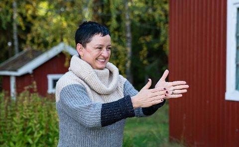 SMÅBRUKET: Mayka Brevik er glad for at andre nå får muligheten til å oppleve enkelheten og roen på småbruket hennes far vokste opp.