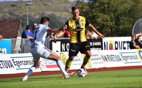 IKKE MER TIGERSTRIPER: Stian Sleveland, her i kamp mot Arendal-spiller Hajdari, forlater EIK.