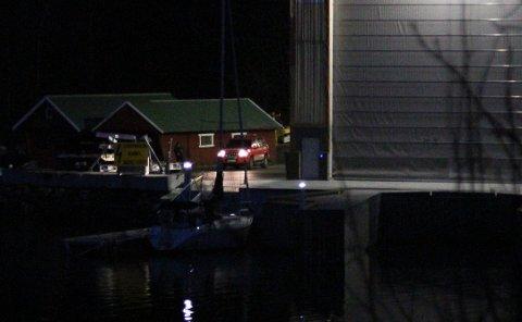 FÅR ROS: Båtføraren som grunnstøytte nær Brandsøysundet i Flora søndag, får ros frå brannsjefen for korleis han handterte situasjonen i etterkant.