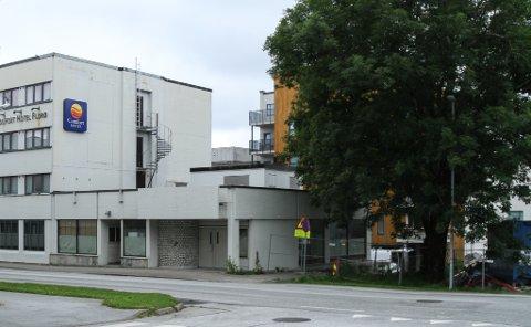 Tilbygget på Comfort Hotell Victoria er snart ein saga blott. Eigarane har fått riveløyve, og det kan sjå ut som det bebuda tårnet i 12 etasjar har komme eit steg nærare.