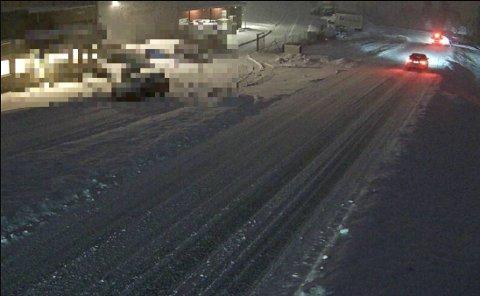 SNØDEKT: Snøen har lagt seg i vegen fleire stadar. Dette bildet er frå Halbrendslia på E39 i Førde måndag klokka 07.07.