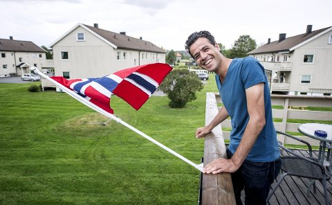 Nytt hjem: Abdulfattah al-Mozzen (29) har plantet flagg, det norske, på balkongen hjemme på Lundheim. foto: Geir Carlsson