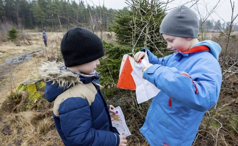Påskepostjakt: Andreas Veberg og Alvin Rykkje Gudmundstuen var sammen med 150 andre barn ivrige etter å finne postene i marka 2. påskedag. Foto: Christine Heim
