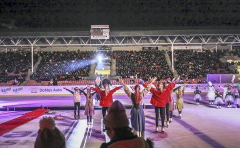 På isen: Nærmere 500 små og store aktører var på scenen eller isen fredag kveld for å hylle Fredrikstad.