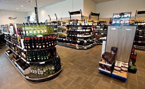 SVAK KRONE: Det gjør grensehandelen dyrere for nordmenn. Bildet viser Systembolaget i Strömstad.