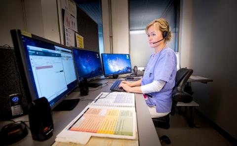 TAR IMOT MELDINGENE: Her på helsehuset på Kråkerøy er sykepleier Jorunn Disen en av dem som tar imot meldinger når brukere utløser trygghetsalarmer. Første påskedag reagerte ansatte på det ikke kom inn noen meldinger.