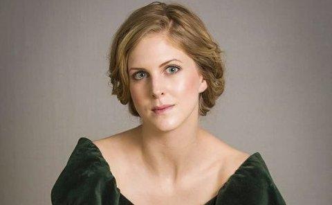 Synger Mozart: Ida Gudim kommer og synger fra en av Mozarts operaer i spann med en sarping.