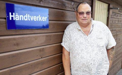 Skiltet som er plassert utenfor Anders C. Christiansens blokkleilighet på Rolvsøy, passer godt til den aktive jubilanten. FOTO: GLØV