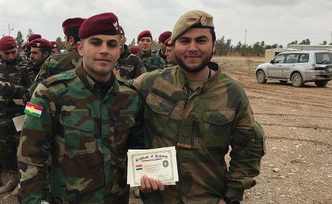Andre tur: Per Ivan Diaz Pedersen har tjenestegjort både i Afghanistan og Irak. Her er han i Irak med en kurdisk kollega. Bildet er tatt i forbindelse med avslutningen av et kurs de gjennomførte.