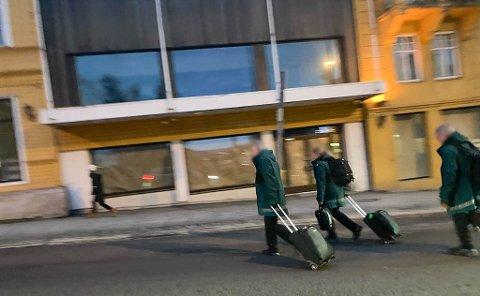 KARANTENBRUDD:  Her bryter Vy-personalet karantenereglene selskapet selv opererer etter. Bildet er tatt tirsdag formiddag.