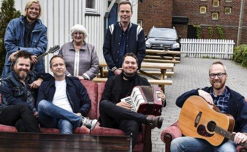 STØTTE: Bak: Rockemusiker Pål Grytnes pluss Irene Larsen og Jan Erik Stølan i Blå Kors. Foran fra venstre musikerne Eyolf Lund, Asbjørn Huseby, Ivar Jacobsen og Thomas Sørgjerd.