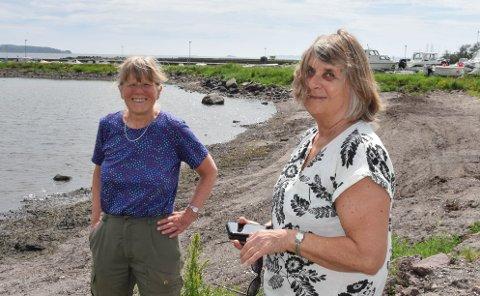 VOND LUKT: Åse Pedersen og Sølvi Nygaard Kvam håper at kommunen snart finner ut hva det er som får det til å lukte så vondt på stranda i Steinsnesbukta.