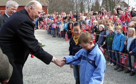 2008: Kong Harald på besøk i Solør ved markering av 200års-jubileet for slaget ved Trangen, her hilser han på Ole Andreas Skybakmoen. Bak til venstre fylkesmann Sigbjørn Johnsen.