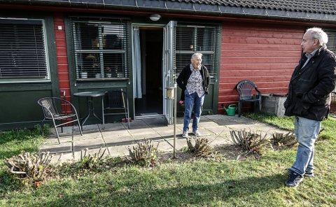 TRIST:  – For meg betydde denne hekken veldig mye, sier Torveig Huserbråten, som her har politiker Per Roar Bredvold, som lover å hjeklpe