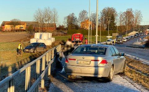 Advarer: Ifølge politiet er det svært glatt flere steder på Romerike. Her har flere biler kjørt ut på samme sted.
