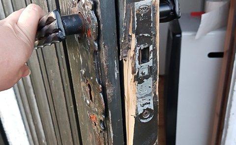 Døra på den ene bu-døra som ble brutt opp ser slik ut.