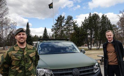HV-FLAGGET VAIER: HV-flagget vaier på Haslemoen der Lars Kristian Utgård skal lede et kurs neste uke. Til høyre næringssjef i Våler, Arild Lande.
