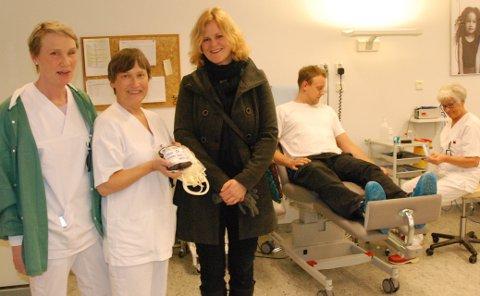 FÅR IKKE GITT BLOD: Anette Røsjorde må i seks måneders karantene. F.v. Ingvild Braaten (bioingeniør), Marit Østdahl (sjefbioingeniør), Anette Røsjorde (har blod å gi), bak Øyvind Westergård (blodgiver) og Brit Skaaren-Fystro (bioingeniør).Foto: Karin Doseth