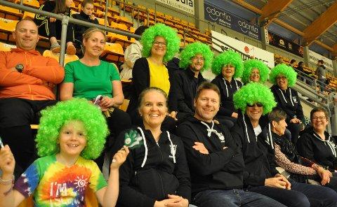 Heiagjeng er viktig, og disse flotte supporterne kommer fra Hommelvik. De var i gang på tribunen helt fra starten på fredag kveld.