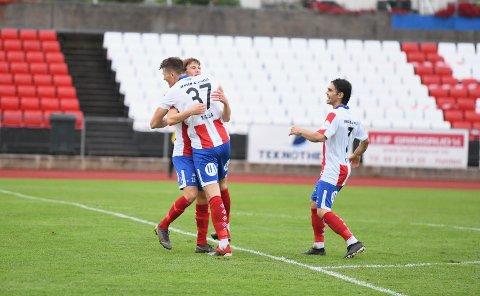 JUBEL: Markus Kaasa fikk en god klem av Uranik Seferi etter forarbeidet til seiersmålet.