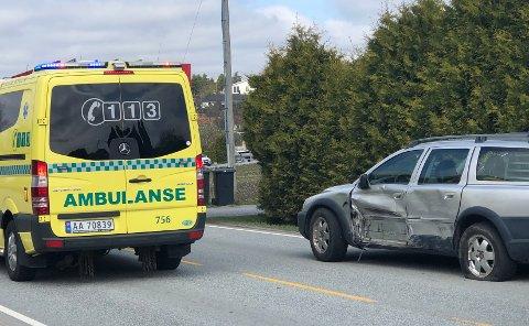 KOLLISJON: To biler kolliderte i Rokkeveien. Det ble kun materielle skader.